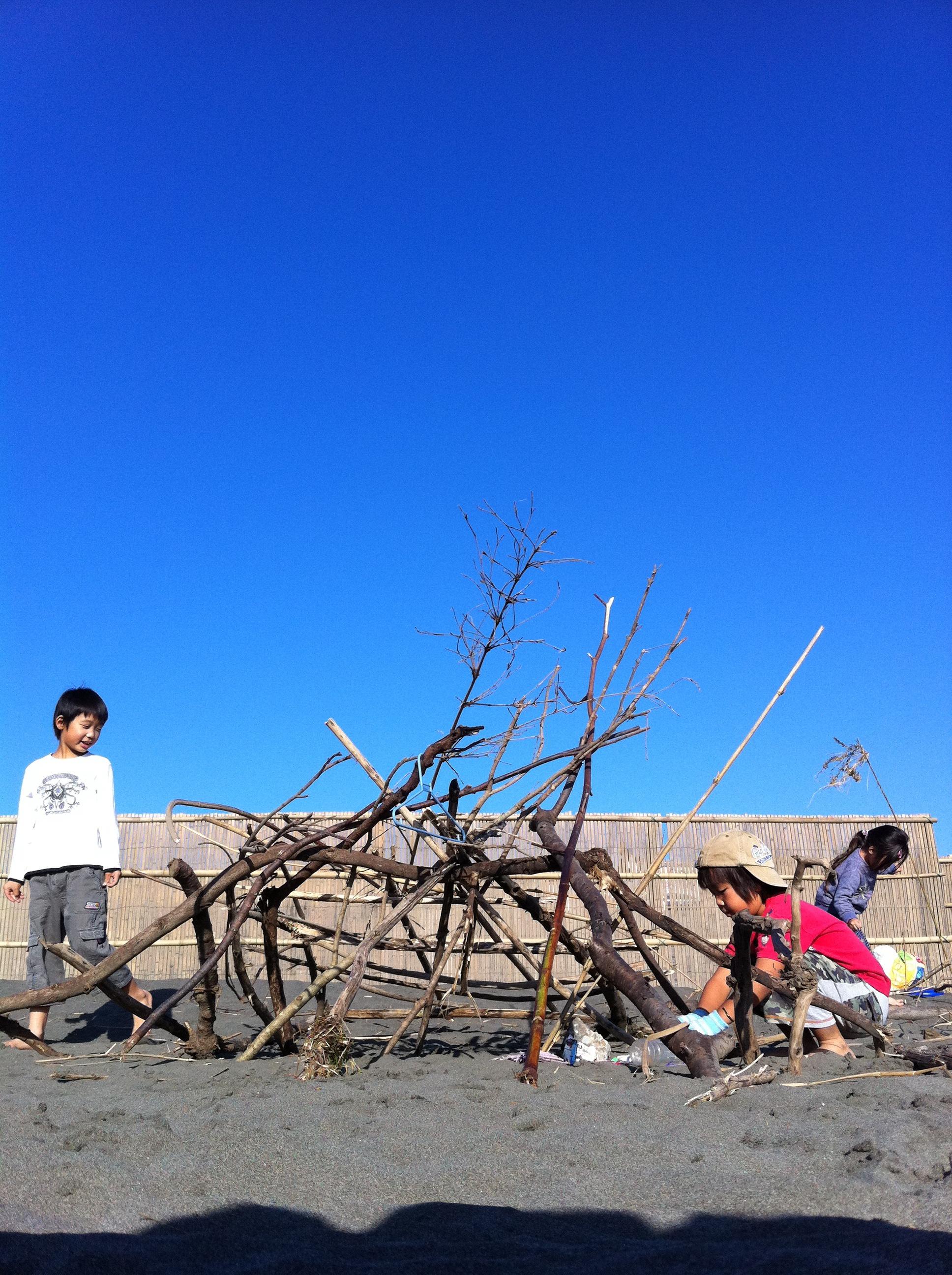 子ども 海 流木の家