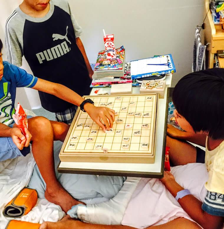 「一緒に遊ぼう」と思ってくれるのが友達。入院中の次男に、将棋盤を友達が持ってきてくれました。