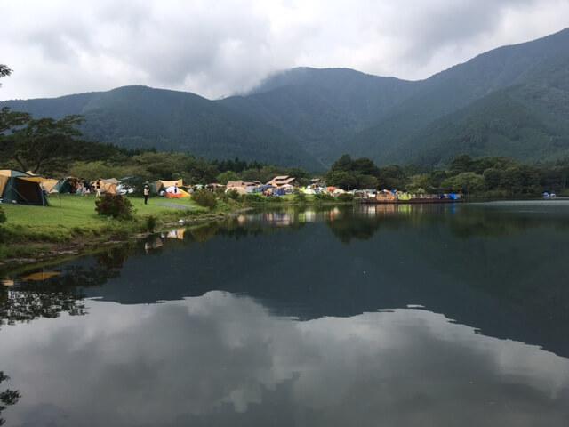 水辺のキャンプ