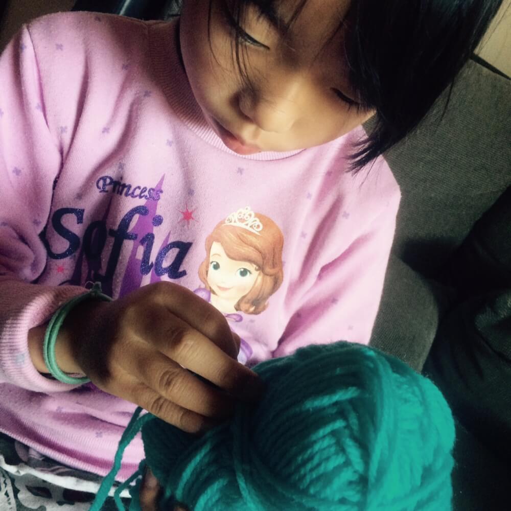 編み物の先生は、6歳 〜子ども簡単マフラー