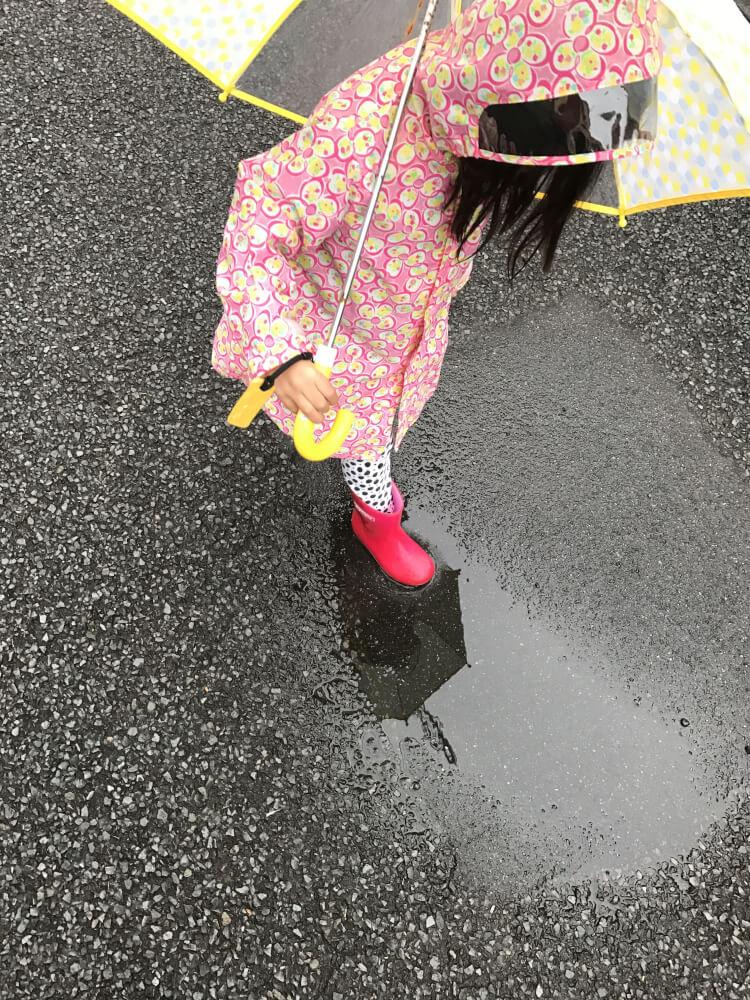 雨上がりの道をカサさして歩いたら。